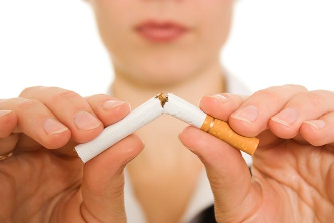 mulher parando de fumar com uso da Bupropiona