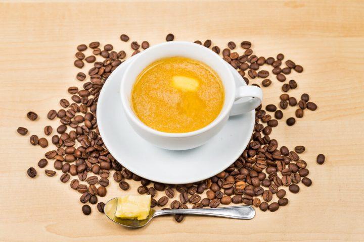 Café com manteiga e óleo de coco