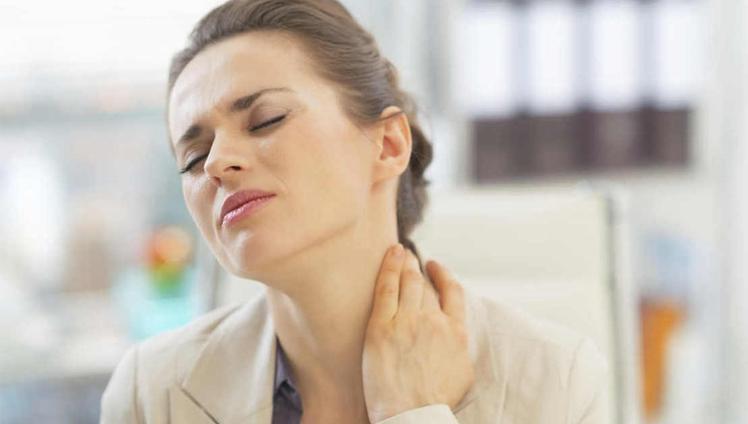 mulher com dor devido a Fibromialgia