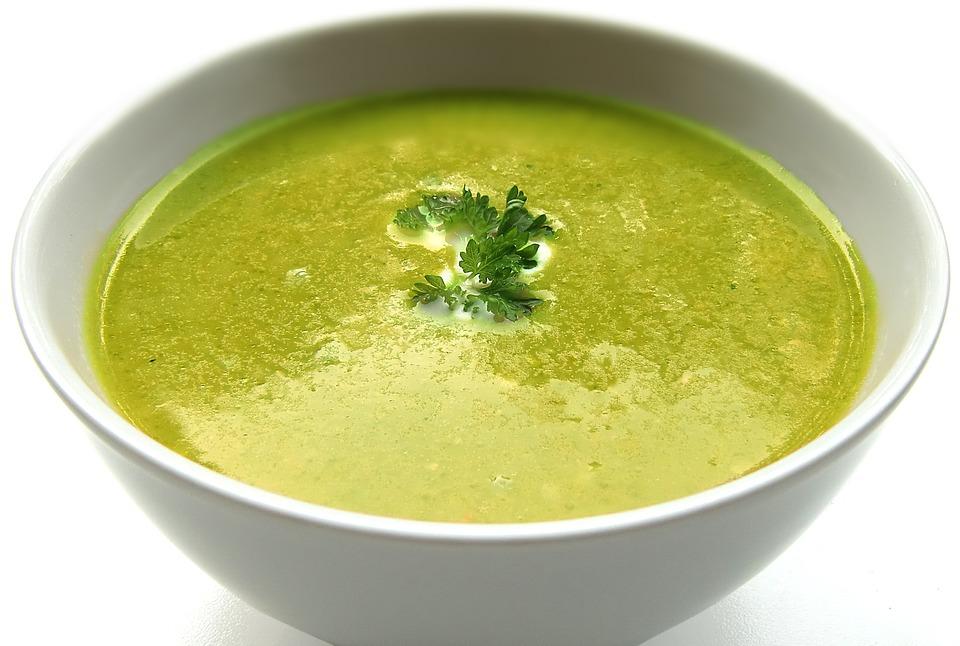 Sopa detox com repolho e couve