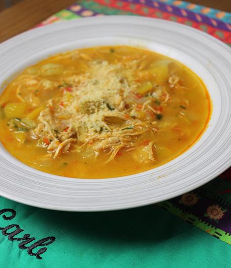 Sopa Detox low carb de frango e legumes