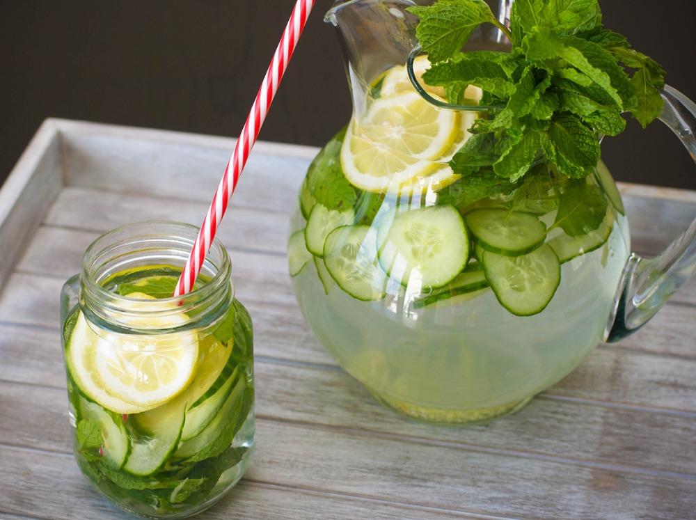 água aromatizada com limão e pepino