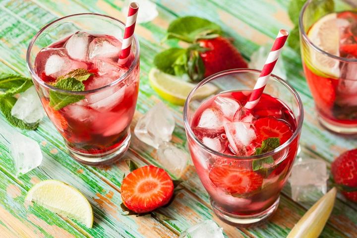 água aromatizada com morango