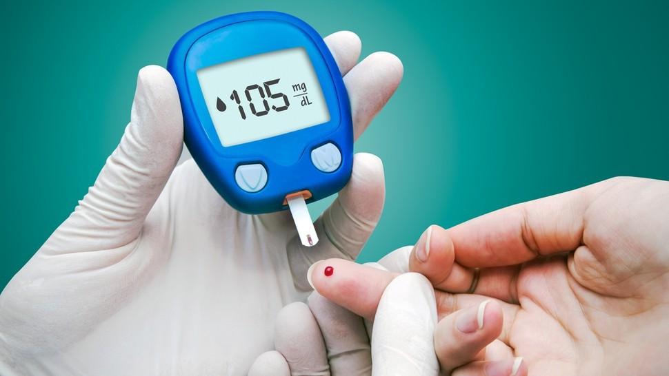 Diabético medindo a glicemia
