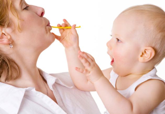 mulher comendo junto com o bebê