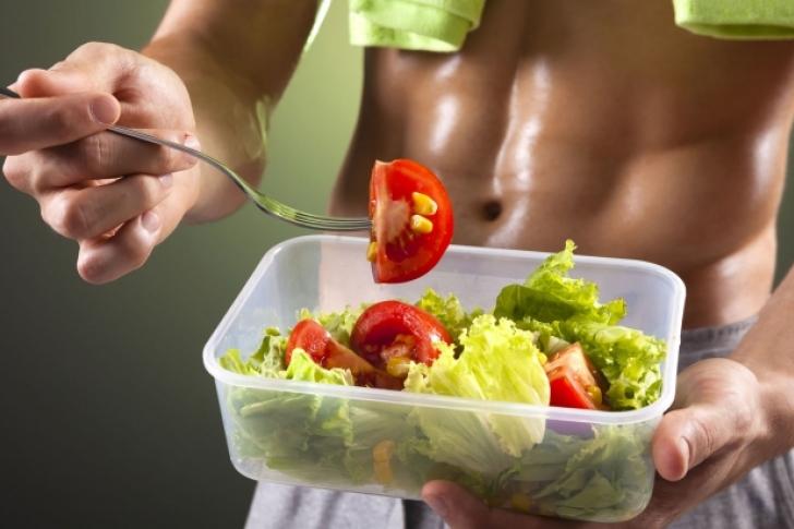 homem comendo Marmita fitness
