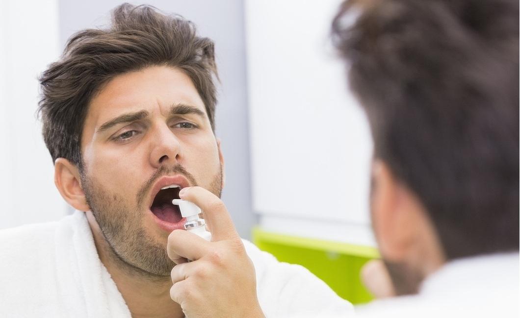 homem tomando Remédio para disfunção erétil em spray