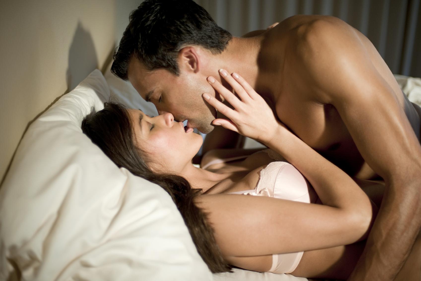casal se beijando graças aos beneficios do tauron